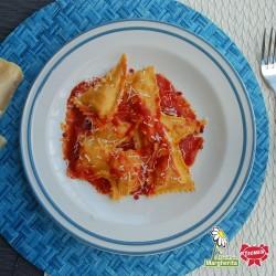 Triangoli Pomodoro e Mozzarella con Sugo al Basilico Margherita