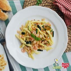 Macaroni avec ferretto avec courgettes et queues de crevettes