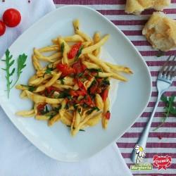 Maccheroni al Ferretto con pomodorini, rucola su salsa formaggio grattugiato