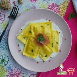 Ravioloni fichi e prosciutto crudo su salsa di formaggio grattugiato