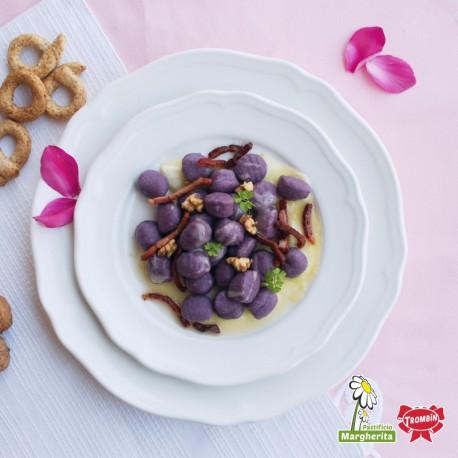 Gnocchis violets avec fondue au fromage, speck et noix